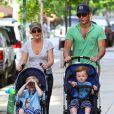 Amy Poehler et Will Arnett à New York avec leurs enfants, le 12 mai 2012