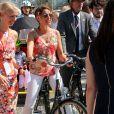 La princesse Marie à vélo à Ipanema. La famille royale de Danemark, sous la houlette du prince Frederik, inaugurait le 2 août 2016 le pavillon danois Heart of Danemark sur la plage d'Ipanema, à Rio de Janeiro, installé dans le cadre des Jeux olympiques.