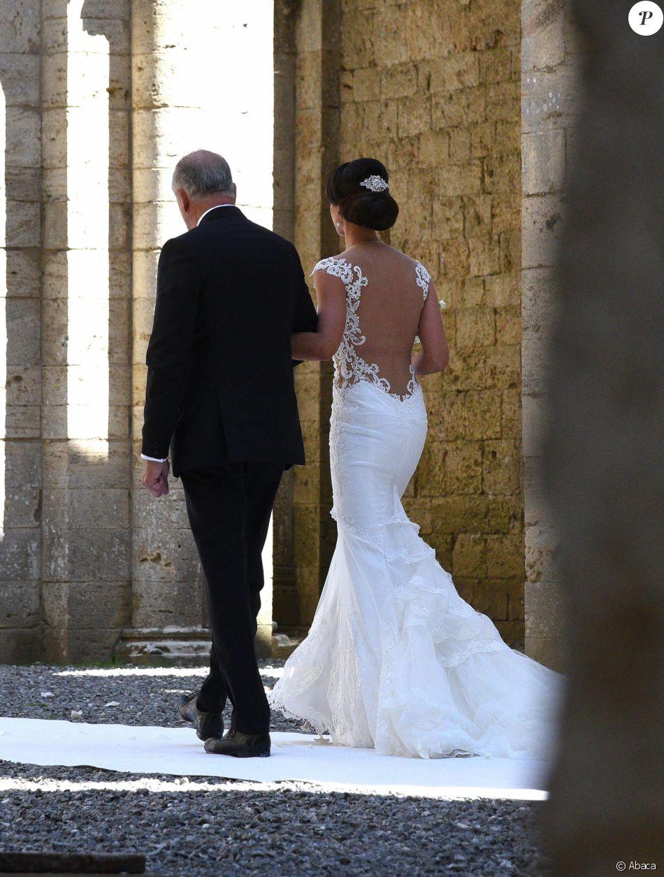 Minttu Virtanen, au bras de son père et dans sa robe Armani, arrive à l'abbaye San Galgano pour son mariage avec Kimi Räikkönen, le 7 août 2016 dans la province de Sienne, en Toscane. Photo by Claudio Giovannini/Ansa/ABACAPRESS.COM