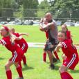 Dwayne Johnson fait un haka avec des petites filles sur le tournage de Fast & Furious 8. (capture d'écran)