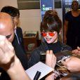 Selena Gomez signe des autographes à l'aéroport de Tokyo le 1er août 2016