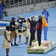 Le roi Willem-Alexander des Pays-Bas remettant le 18 août 2016 les médailles du 200m féminin, dont la Néerlandaise Dafne Schippers a pris la deuxième place derrière Elaine Thompson, aux Jeux olympiques de Rio de Janeiro.