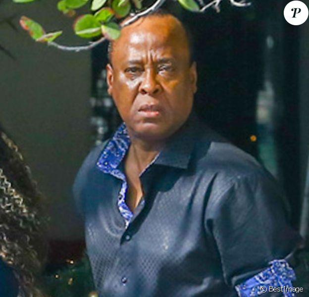 Conrad Murray, le médecin jugé responsable de la mort de Michael Jackson en 2009, va déjeuner au restaurant avec sa petite-amie Nicole Alvarez à Miami, le 18 décembre 2014.