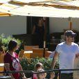 Brian Austin Green se promenant dans les rues de Los Angeles avec ses fils, Bodhi et Noah, et la mère de Megan Fox, Gloria, le 18 août 2016