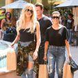 Kourtney et Khloé Kardashian font du shopping à Encino. Le 23 août 2016.