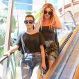 Les soeurs Kourtney et Khloé Kardashian font du shopping et un tour de carrousel à Encino. Le 23 août 2016.
