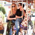 Kourtney et Khloé Kardashian à Encino. Le 23 août 2016.