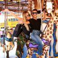 Kourtney Kardashian et sa petite soeur Khloé font du shopping et un tour de carrousel à Encino. Le 23 août 2016.
