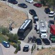 """Vue arienne de la maison de Chris Brown accusé d'avoir menacé une femme avec une arme à feu à Los Angeles. Après une perquisition à son domicile et l'interrogation de nombreux témoins, il a été inculpé d'agression avec une arme à feu. L'ancienne reine de beauté Baylee Curran a raconté à TMZ qu'elle se trouvait au domicile du chanteur, dans la nuit de lundi à mardi. Selon elle, l'altercation a éclaté alors qu'elle admirait un bijou en diamant exposé par un ami du chanteur. Ce dernier aurait alors braqué une arme sur elle, jure-t-elle, disant """" Dégage de là """". Elle a ensuite couru chez un voisin avant d'appeler la police. Le 30 août 2016"""