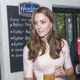 Le prince William et Kate Middleton ont trinqué (enfin, surtout monsieur !) aux 30 ans de la cidrerie Healey's Cornish Cider Farm à Penhallow le 1er septembre 2016 lors de leur visite en Cornouailles.
