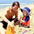 """Marcus Kowal avec son fils Liam à la plage en juillet 2016, photo Instagram : """"Construire un rêve, c'est important, mais construire des château de sable avec lui, c'est encore plus important."""" Marcus Kowal et Mishel Eder ont pris la décision de débrancher leur fils de 15 mois, Liam, mort après avoir été percuté le 3 septembre 2016 par la voiture d'une septuagénaire qui roulait en état d'ébriété."""
