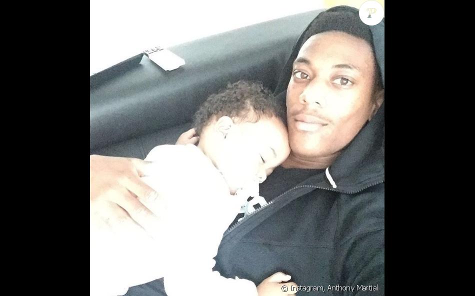 Anthony Martial et sa fille Peyton, 1 an. Août, septembre 2016.