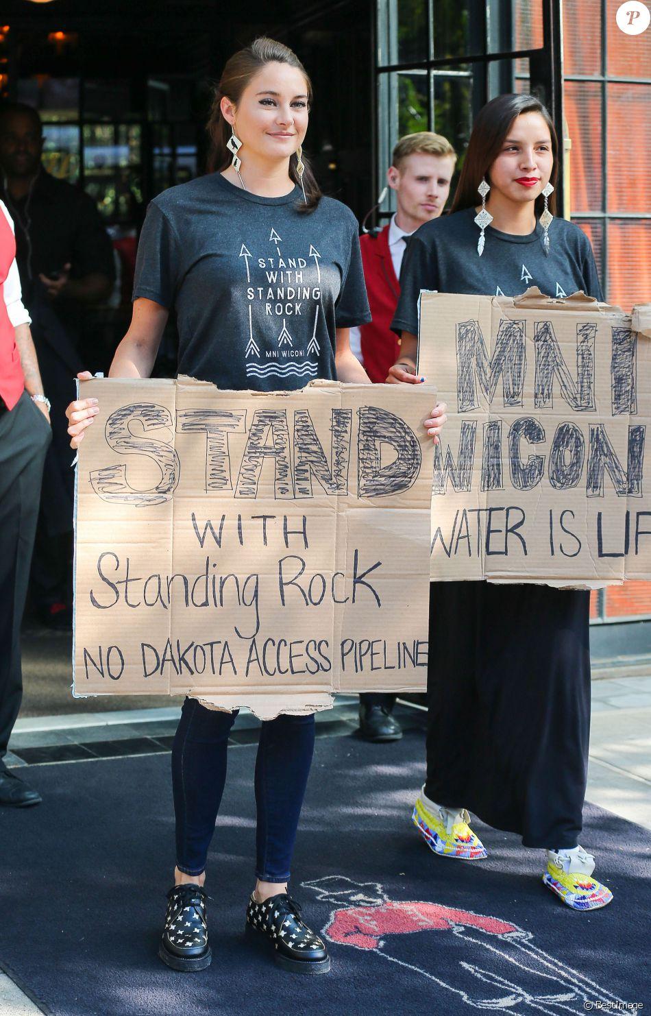 L'actrice Shailene Woolley manifeste à New York avec les opposants à la construction d'un pipeline dans le Dakota du Nord le 13 septembre 2016.