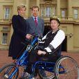 Lord Ivar Mountbatten pose avec son ex-femme et le cycliste Steve Osborne, à Buckingham, à Londres, le 3 mai 2002