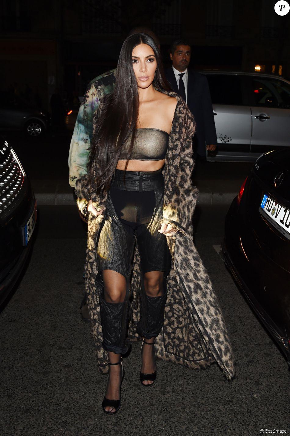 Kanye West et Kim Kardashian, habillée d un manteau Off-White, d un ... 59bcc182d039