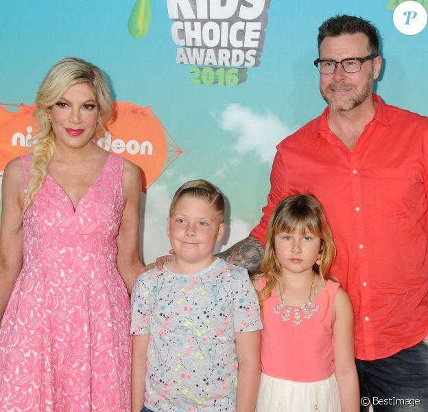 """Tori Spelling, Dean McDermott et leurs enfants Liam Aaron et Stella Doreen - People à la soirée """"Kids' Choice Awards"""" au Forum à Inglewood. Le 12 mars 2016"""