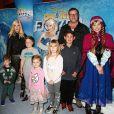 """Finn McDermott, sa femme Tori Spelling et leurs enfants Liam McDermott, Dean McDermott, Hattie McDermott, Stella McDermott et guest lors de première de """"Frozen"""" de Disney On Ice à Los Angeles, le 10 décembre 2015."""