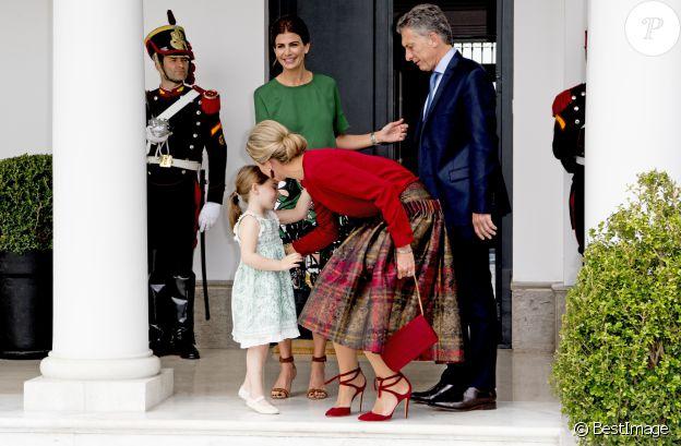 La reine Maxima des Pays-Bas embrasse Antonia, la fille du président argentin Mauricio Macri et son épouse en troisièmes noces Juliana Awada, le 12 octobre 2016 à la Quinta de Olivos à Buenos Aires.