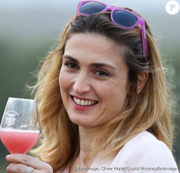 Julie Gayet était la marraine d'une soirée caritative à l'occasion du mois Octobre Rose, le 14 octobre 2016, au Château Roubine à Lorgues