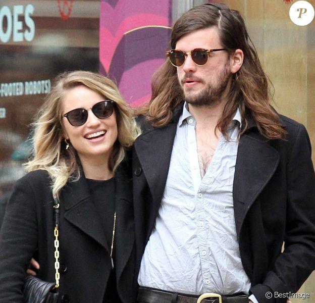 Dianna Agron et son fiancé Winston Marshall se promènent en amoureux dans le quartier de Manhattan à New York, le 29 avril 2016.