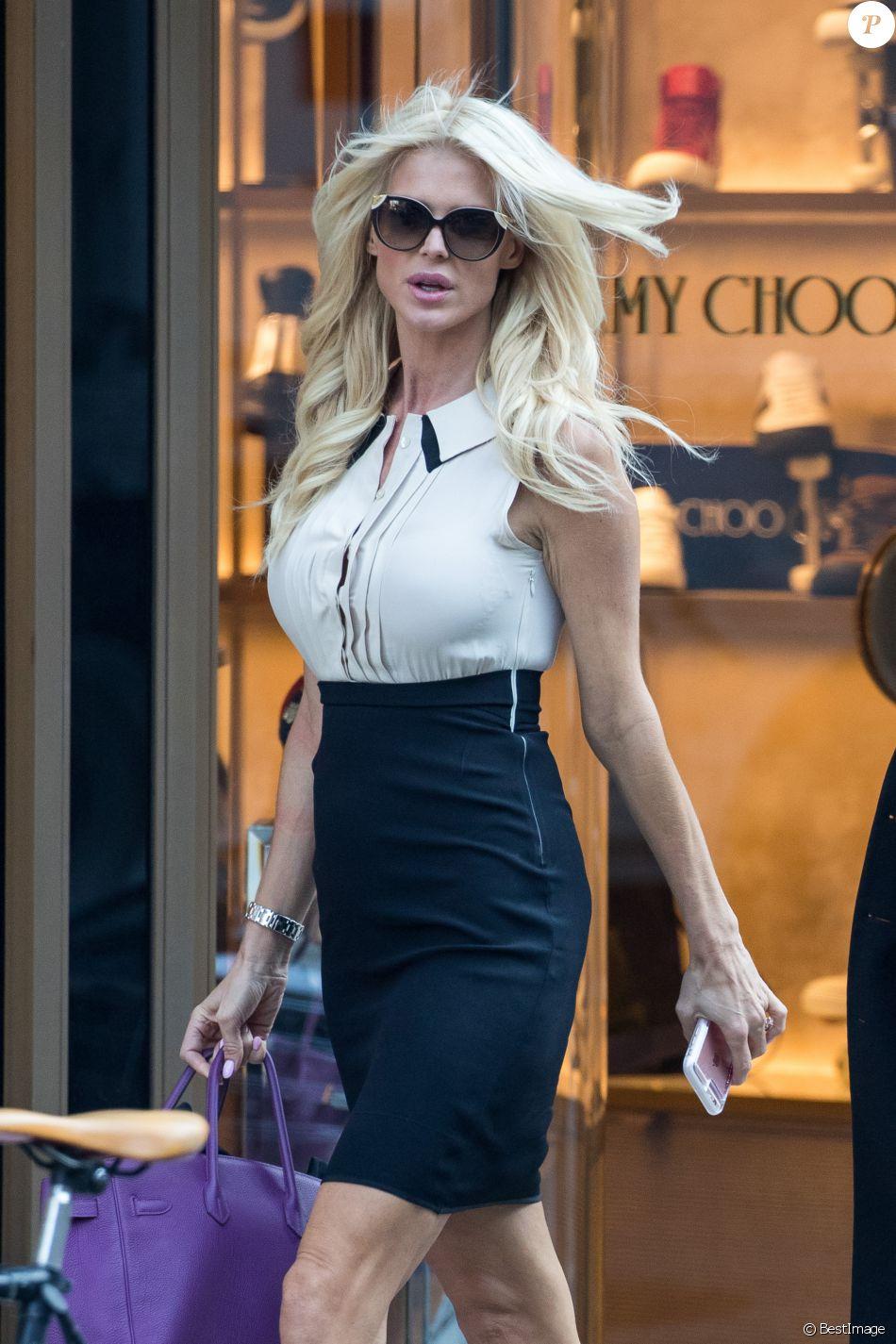 Exclusif - Victoria Silvstedt fait du shopping avec une amie chez Roberto Cavalli à Madison Avenue à New York, le 18 octobre 2016.