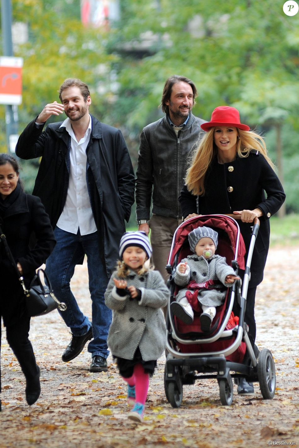 Michelle Hunziker avec son mari Tomaso Trussardi et leurs filles, Celeste et Sole, ainsi que des amis se rendent au musée d'histoire naturel de Milan le 22 octobre 2016.