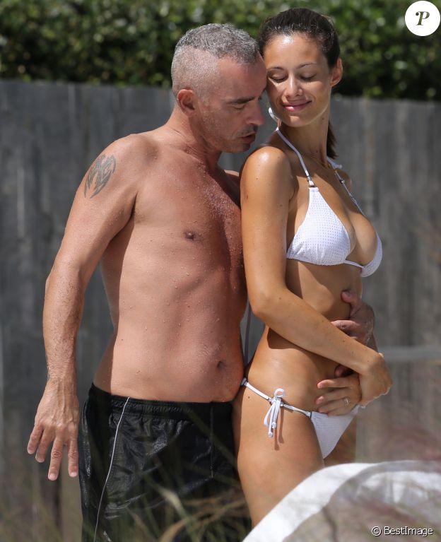 Exclusif - Eros Ramazzotti avec sa femme Marica Pellegrinelli au bord de la piscine d'un hôtel à Miami, le 12 octobre 2016.
