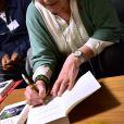 """Giovanna Valls Galfetti dédicace son livre """"Accrochée à la vie"""" lors d'une conférence à la Maison des Associations du 12ème arrondissement à Paris, le 25 mars 2016."""