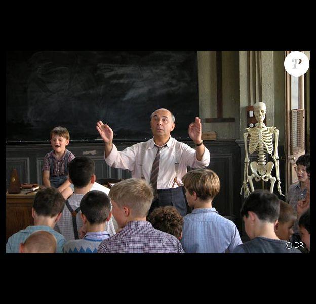 Le film Les Choristes : Maxence Perrin assis à côté de Gérard Jugnot