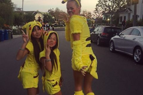 Laeticia Hallyday : Après Chucky, Pikachu sexy avec ses filles !