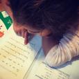 Kahina, la fille de Sonia Rolland et Jalil Lespert apprend à lire.
