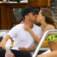 Ryan Phillippe et sa petite amie Paulina Slagter en vacances au bord de la piscine à Miami le 11 juin 2014