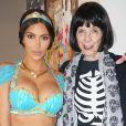 Kim Kardashian en famille pour les fêtes d'Halloween. Discrète depuis son agression, la star de télé-réalité a dévoilé ces clichés sur son site internet officiel, vendredi 11 novembre 2016. Déguisée en princesse Jasmine, elle s'affiche en grande forme aux côtés de ses enfants, North et Saint, de son époux Kanye West, de sa soeur Kourtney et de sa grand-mère Mary Jo. Il s'agit des premières photos publiées sur Internet depuis son braquage à main armée survenu à Paris le 3 octobre dernier.