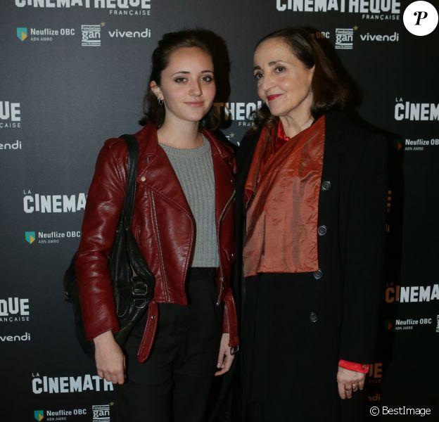 """Dominique Blanc et sa fille Eve au photocall d'ouverture de la rétrospective """"Patrick Chéreau"""" à la Cinémathèque Française à Paris, le 16 novembre 2016. © CVS/Bestimage"""