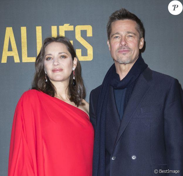 """Marion Cotillard enceinte (habillée par Dior) et Brad Pitt - Avant-première du film """"Alliés"""" au cinéma UGC Normandie à Paris, le 20 novembre 2016. © Olivier Borde/Bestimage"""