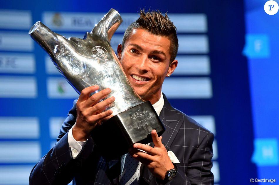 ... Meilleur joueur d Europe pour la saison 2015-201. Cristiano Ronaldo  lors de la remise des trophées UEFA du Championnat d  039 Europe 8f7bfc5f0d361