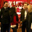 """L'ancien ministre de l'économie et responsable du mouvement """"En Marche"""", Emmanuel Macron et sa femme Brigitte Macron (prennent le temps de poser pour quelques photos à la sortie du restaurant La Rotonde, à Paris, France, le 16 novembre 2016."""