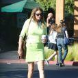 Exclusif - Caitlyn Jenner prend une boisson et repart dans sa Porsche violette à Calabasas le 15 septembre 2016.