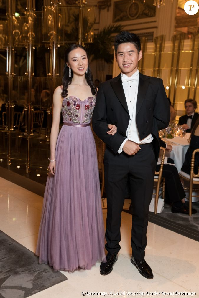 D fil yu hang robe alexander mcqueen et son cavalier for Alexander mcqueen robe de mariage