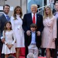 Donald Trump en famille (de droite à gauche, sa fille Tiffany Trump, son fils Donald Trump Jr., sa petite-fille Kai Trump, son épouse Melania Trump, son petit-fils Donald Trump, sa fille Ivanka Trump et son fils Eric Trump) à New York, le 21 avril 2016.