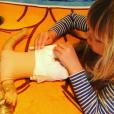 Willow, la fille de Pink et Carey Hart, s'entraîne à changer les couches. Photo postée sur Instagram en novembre 2016.