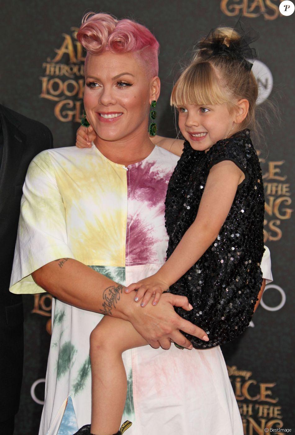 Pink et sa fille willow la premi re de alice de l 39 autre for Fille au miroir