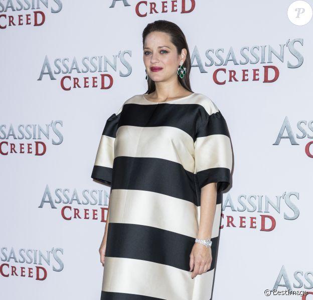 """Marion Cotillard (enceinte) portant une robe Dries Van Noten - Photocall du film """"Assasin's Creed"""" au Bristol à Paris le 5 décembre 2016. © Olivier Borde / Bestimage"""