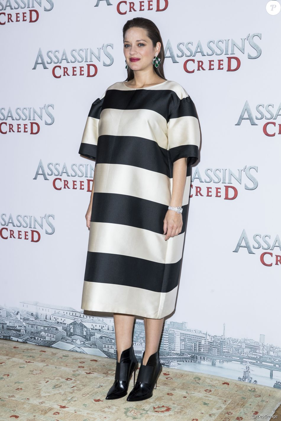 "Marion Cotillard (enceinte) portant une robe Dries Van Noten - Photocall du film ""Assasin's Creed"" au Bristol à Paris le 5 décembre 2016. © Olivier Borde / Bestimage"