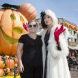 La chanteuse Kelly Clarkson a Disneyland resort avec CCruella d'Enfer (La méchante femme des 101 dalmatiens) pour célèbre (en avance) Halloween à Anaheim, Californie, Etats-Unis, le 21 septembre 2016.
