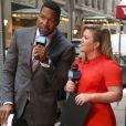 "Kelly Clarkson, Michael Strahan à l'émission ""Good Morning America"" à New York, le 3 mars 2015."