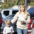 Hilary Duff et son fils Luca à Studio City. Los Angeles, le 7 décembre 2016.