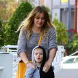 Hilary Duff et son fils Luca se rendent chez Starbucks à Beverly Hills, le 28 novembre 2016.