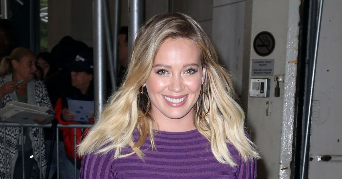 hilary duff la sortie des studios aol pour pr senter la s rie younger new york le 26. Black Bedroom Furniture Sets. Home Design Ideas
