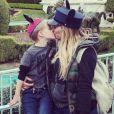 Hilary Duff et son fils Luca à Disneyland, photo publiée le 12 décembre 2016